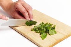 Usando el cuchillo de cocina a cortar Fotografía de archivo