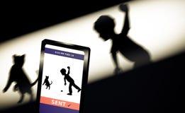 Usando el móvil para señalar el abuso animal Illlustration Fotografía de archivo