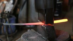 Usando el martillo neumático para formar de fundición Fabricación de la espada fuera del metal Vista lateral almacen de video