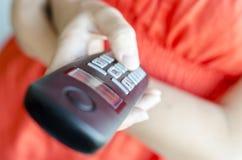 Usando el microteléfono de teléfono portátil Imágenes de archivo libres de regalías