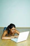 Usando el ordenador portátil fotografía de archivo
