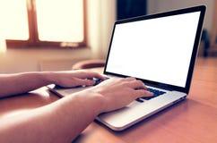 Usando el ordenador portátil con la pantalla en blanco fotos de archivo libres de regalías