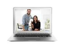 Usando el ordenador portátil para la charla video con la gente en blanco imagen de archivo