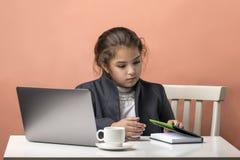 usando el ordenador port?til a estudiar Muchacha del negocio trabajo - cansancio del estudio imagen de archivo libre de regalías