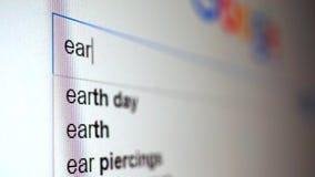 Usando el Search Engine de Internet para encontrar la información sobre la tierra de la palabra Vídeo macro almacen de video