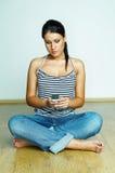 Usando el teléfono celular Imágenes de archivo libres de regalías
