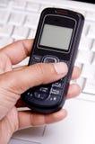 Usando el teléfono móvil Foto de archivo libre de regalías
