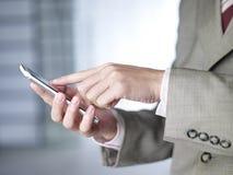 Usando el teléfono móvil Foto de archivo