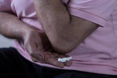 Usando el ungüento para aliviar dolor Foto de archivo libre de regalías
