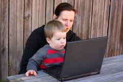 usando esterno della madre del computer portatile del bambino Immagine Stock Libera da Diritti