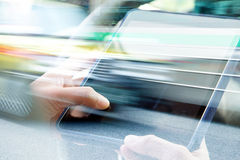 Usando a exposição dobro da tabuleta digital Foto de Stock