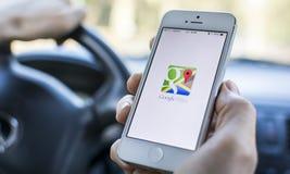 Usando Google Maps en coche Foto de archivo