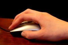 Usando il mouse del calcolatore fotografia stock libera da diritti