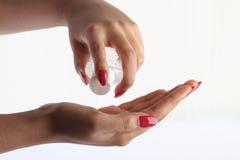 Usando il prodotto disinfettante della mano Fotografie Stock