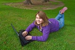 Usando la computadora portátil al aire libre Foto de archivo libre de regalías