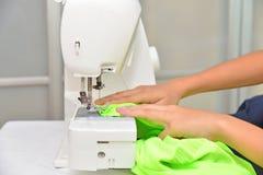 Usando la máquina de coser Foto de archivo libre de regalías
