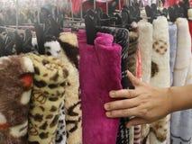 Usando la mano para elegir un sistema de ropa lleve por color y clasifique foto de archivo