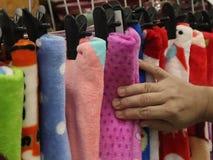 Usando la mano para elegir un sistema de ropa lleve por color y clasifique fotografía de archivo libre de regalías