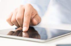 Usando la tableta digital Imágenes de archivo libres de regalías