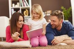 Usando la tableta junto Imagen de archivo libre de regalías