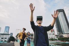 Usando las auriculares de VR al aire libre Fotos de archivo