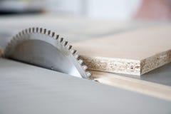 Usando las máquinas en carpintería Imágenes de archivo libres de regalías