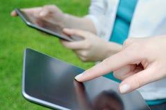 Usando las tabletas digitales imagenes de archivo