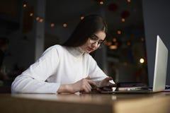 Usando los dispositivos digitales en oficina coworking Fotografía de archivo