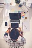 Usando los dispositivos en trabajo Fotografía de archivo libre de regalías