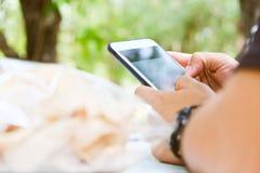 Usando los dispositivos móviles foto de archivo libre de regalías