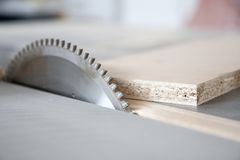 Usando máquinas na obra de carpintaria Imagens de Stock Royalty Free