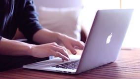 Usando Macbook favorable almacen de metraje de vídeo