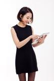 Usando a mulher de negócio do PC da almofada Foto de Stock Royalty Free