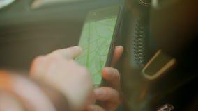 Usando navegador en el teléfono en el coche metrajes