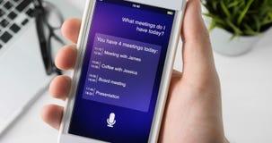 Usando o assistente pessoal inteligente no smartphone video estoque