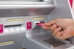 Usando o ATM com cuidado Fotografia de Stock