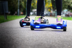 Usando o auto esperto bonde do 'trotinette' que equilibra Hoverboard Fotografia de Stock Royalty Free