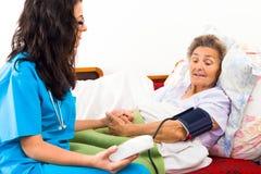 Usando o calibre da pressão sanguínea de Digitas foto de stock royalty free