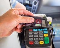 Usando o cartão 'RIM 'para o pagamento sem contato do transporte público imagem de stock