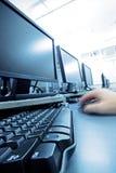 Usando o computador Fotos de Stock