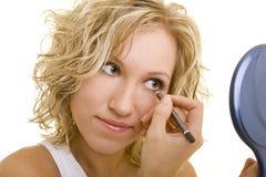 Usando o eyeliner Fotos de Stock