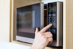 Usando o forno micro-ondas Fotos de Stock Royalty Free