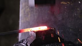 Usando o martelo pneumático para dar forma ao metal quente video estoque