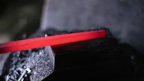 Usando o martelo pneumático para dar forma ao metal quente vídeos de arquivo