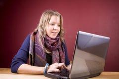 Usando o portátil Fotografia de Stock Royalty Free