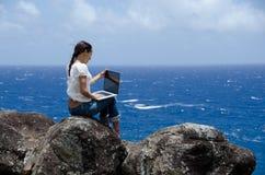 Usando o portátil fora Imagens de Stock