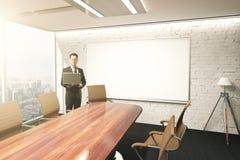 Usando o portátil na sala de conferências Fotografia de Stock Royalty Free