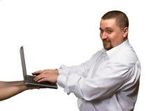 Usando o portátil nas mãos fêmeas Fotografia de Stock Royalty Free