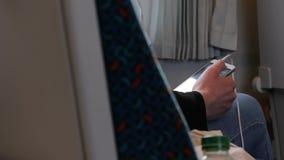 Usando o smartphone em um trem video estoque