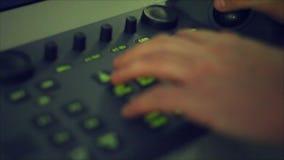 Usando o teclado marítimo do radar na noite video estoque